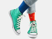 Bureaumanager, modieuze tennisschoenen en multicolored sokken royalty-vrije stock fotografie