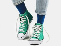 Bureaumanager, modieuze tennisschoenen en multicolored sokken royalty-vrije stock foto's
