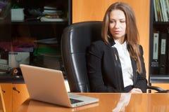 Bureaumeisje met Laptop Stock Afbeelding
