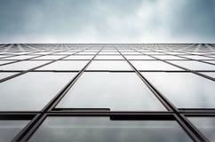 Bureaumuur tegen een bewolkte hemel stock afbeeldingen