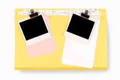 Bureauomslag met onordelijk notadocument en lege polaroids Stock Afbeelding