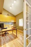 Bureauruimte met gewelfd plafond en nieuwe hardhoutvloer Stock Foto