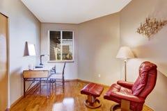 Bureauruimte met rode comfortabele stoel voor rust Royalty-vrije Stock Foto