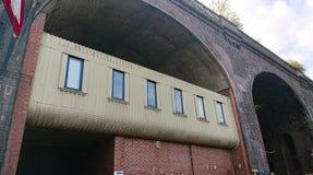 Bureaus onder een brug stock fotografie