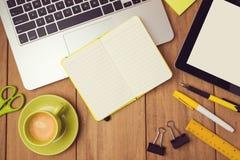 Bureauspot op malplaatje met laptop, notitieboekje en tablet Mening van hierboven Royalty-vrije Stock Fotografie