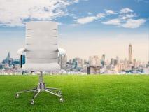 Bureaustoel met cityscape achtergrond Stock Fotografie