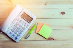 Bureautelefoon, document nota en pen, Bedrijfstelefoon en klantencontact, Royalty-vrije Stock Afbeelding
