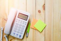 Bureautelefoon, document nota en pen, Bedrijfstelefoon en klantencontact, Royalty-vrije Stock Foto