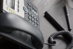 Bureautelefoon op bureau Stock Foto's