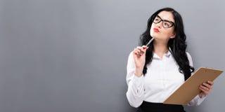 Bureauvrouw met een klembord Stock Fotografie