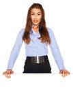 Bureauwerknemer achter een witte raad stock afbeelding