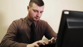 Bureauwerknemer die aan zijn tablet werken Aantrekkelijk mannetje met baard stock footage