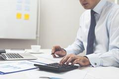 Bureauwerknemer met calculator en pen Stock Fotografie