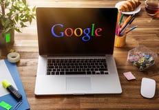 Bureauwerkplaats met Google-het scherm Royalty-vrije Stock Foto