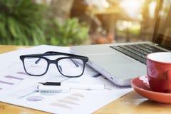 Bureauwerkplaats met laptop en glazen Stock Afbeeldingen