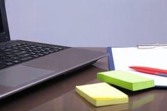 Bureauwerkplaats met laptop, slimme telefoon op lijst Royalty-vrije Stock Foto's