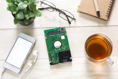 Bureauwerkruimte met de koffie van de toetsenbordblocnote van kop en smartphone op houten lijst Stock Fotografie