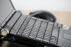 Bureauwerkruimte met zwarte laptop en muis Royalty-vrije Stock Foto