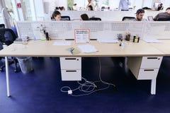 Bureaux au milieu du jour ouvrable avec des personnes immergées dans l'OE photographie stock libre de droits