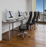 Bureaux avec des lieux de travail Photo stock