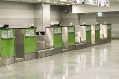 Bureaux dans le hall d'aéroport L'aéroport abandonné Un terminal vide La grève des pilotes Image libre de droits
