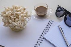 Bureaux de détente pour le travail sur une table blanche photographie stock libre de droits