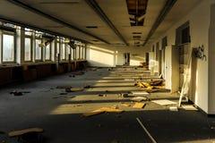 Bureaux ruinés et abandonnés dans la lumière du soleil photos libres de droits