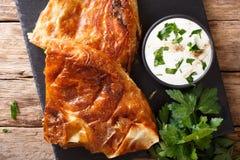 Burek cortado hecho en casa relleno con el primer o de la espinaca y del queso fotos de archivo