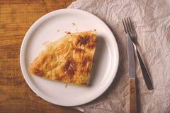 Burek em uma placa, prato tradicional de Balcãs imagens de stock