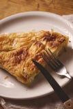 Burek em uma placa, prato tradicional de Balcãs imagens de stock royalty free