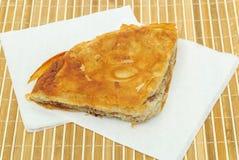 Burek o empanada con la carne y en seviettes de papel Fotografía de archivo