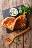 Burek turco sabroso con el primer de la espinaca y del queso en la tabla V foto de archivo libre de regalías