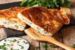 Burek turco sabroso con macro de la espinaca y del queso en la tabla Hori imágenes de archivo libres de regalías