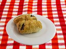 Burekas - una torta della pasta sfoglia con il riempimento ricoperto di sesamo vede Immagini Stock Libere da Diritti