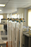 Buretas en un laboratorio de química Imagenes de archivo