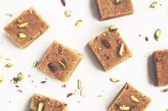 Burfi besan fait maison de noix de coco, bonbons indiens traditionnels Images stock
