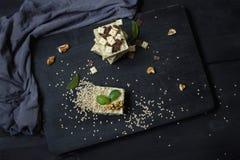 Burfi fait maison de sésame Dessert sain cru de vegan image stock