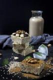 Burfi fait maison de sésame Dessert sain cru de vegan photo libre de droits