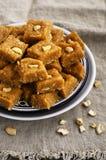 Burfi - indischer Bonbon mit Milch, Kichererbsenmehl, Kokosnussflocken Stockfotos
