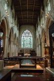 Burford教会从法坛的教堂中殿视图 免版税库存照片