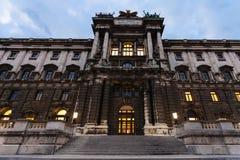 Burg de Neue de palais de Hofburg dans la soirée, Vienne photographie stock libre de droits