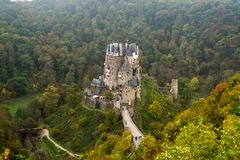 Burg Eltz dans la brume photos stock