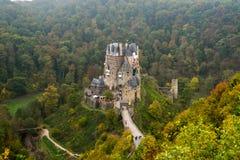Burg Eltz in de mist stock foto's