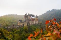Burg Eltz in de mist royalty-vrije stock afbeelding