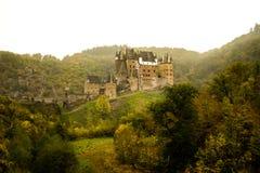 Burg Eltz in de mist stock fotografie