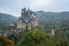Burg Eltz nella foschia fotografia stock