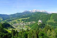 Burg Hohenwerfen et la ville de Werfen en Autriche photos stock