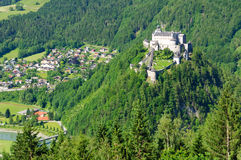 Burg Hohenwerfen et la ville de Werfen en Autriche images libres de droits