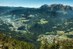 Burg Hohenwerfen und die Stadt von Werfen Österreich Stockbild