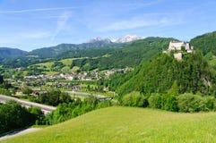 Burg Hohenwerfen y la ciudad de Werfen en Austria fotos de archivo libres de regalías